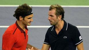 Roger Federer se saluda con Julien Benneteau en uno de sus partidos