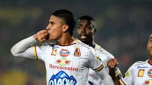 Daniel Cataño celebra el primer gol
