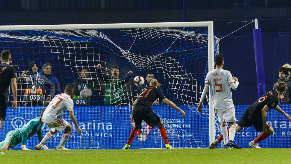 Tin Jedvaj anota el tercer gol de Croacia