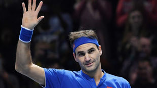 Roger Federer saluda a la grada tras vencer a Kevin Anderson