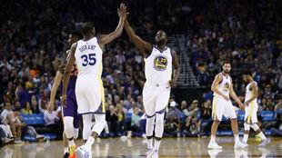 Green y Durante festejan un punto con los Golden State Warriors.