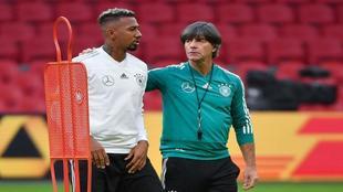 Boateng y LÇow conversan durante un entrenamiento de Alemania.