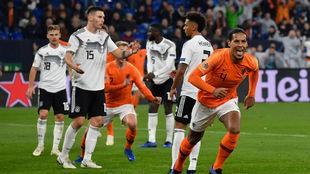 Van Dijk celebra el gol que le dio el empate a Holanda en la UEFA...
