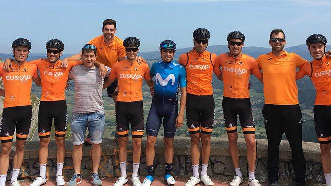 Mikel Landa, con miembros del equipo de la Fundación Euskadi, que ha...