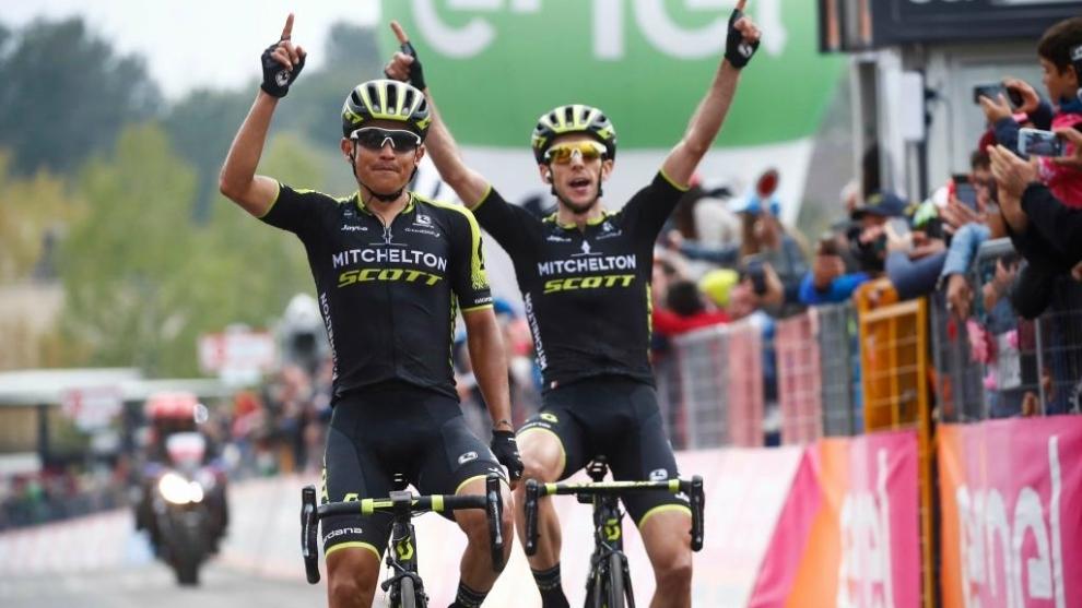 Esteban Chaves, ganador de la sexta etapa del Giro 2018, junto a su...