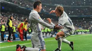 James felicita a Modric por su balón de oro