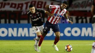 Rafael Pérez disputa el balón con Raphael Veiga.
