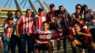 Aficionados de Junior y Paranaense a las afueras del estadio...