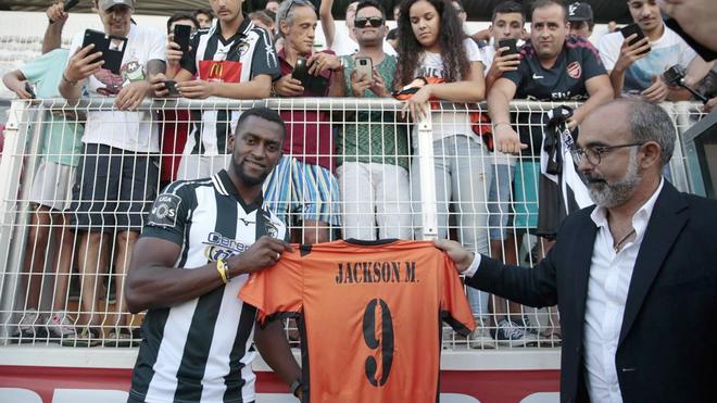 Jackson Martínez posa con la camiseta de su nuevo club