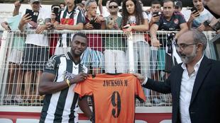 Jackson Martínez posa con la camiseta de su nuevo club.