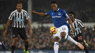 Yerry Mina despeja un balón en el partido ante el Newcastle