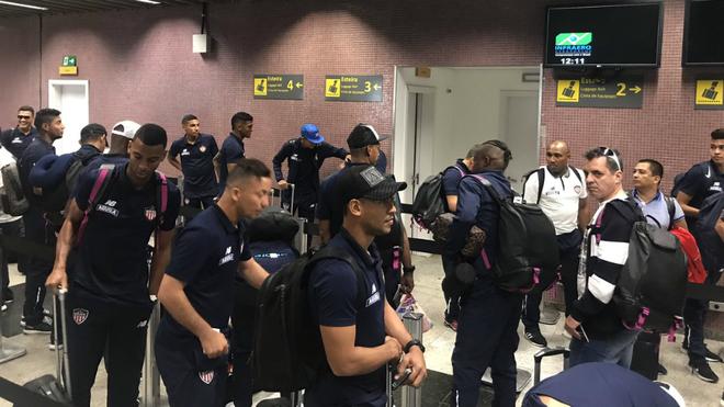Jugadores de Junior tras su arribo a Curitiba, Brasil
