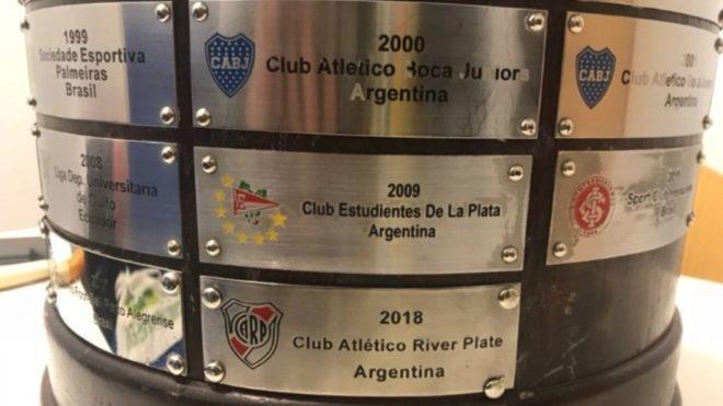 El error en el nombre de Estudiantes en su chapa de campeón.