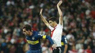 Gago disputa un balón con Exequiel Palacios durante la final de...