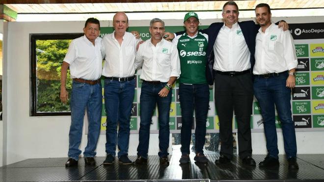 El presidente Mejía junto al Comité Ejecutivo del Cali, en la...