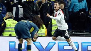 El jugadores del River Juan Fernando Quintero (d) celebra el segundo...
