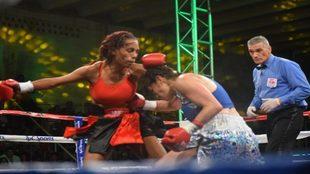Jenifer trata de golpear a Marcela Acuña durante la pelea