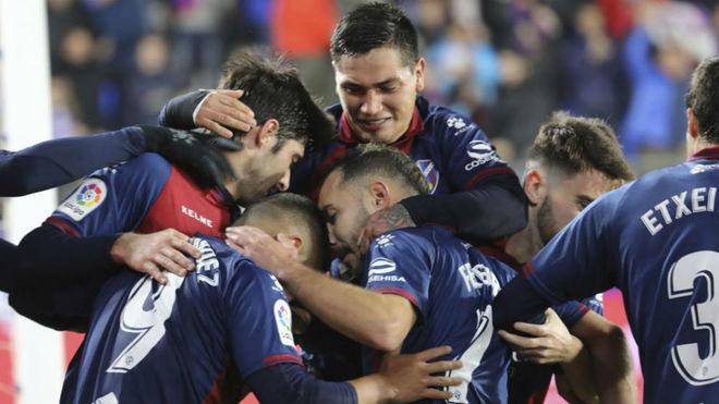 Los jugadores del Huesca abrazan al Cucho tras marcar el 1-0 de...