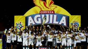 Los jugadores de Junior levantan su octavo título de Liga.