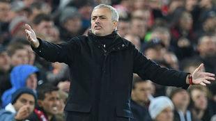 Mourinho protesta durante un partido de esta temporada con el United