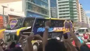 El bus de Boca justo en el momento en el que fue apedreado en la...