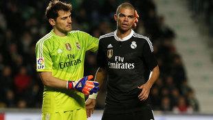Casillas consuela a Pepe durante un partido con el Real Madrid.