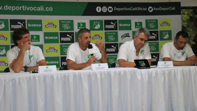 Lucas Pusineri en plena rueda de prensa junto al presidente Mejía /...