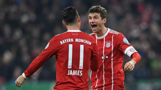 James Rodríguez y Thomas Müller se saludan durante un juego con el...