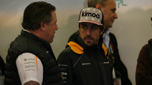 Zak Brown habla con Alonso / RV Racing Press