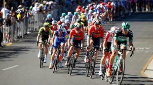 El pelotón, durante el Critérium del Tour Down Under, ayer domingo /...