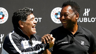 Maradona y Pelé sonríen en un evento de una marca que patrocina a...