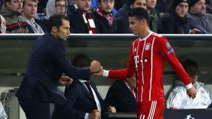 James saluda a Salihamidzic durante un partido del Bayern