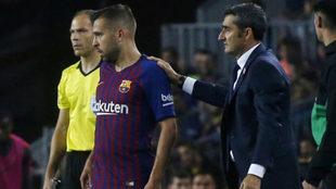 Valverde da instrucciones a Jordi Alba en un partido