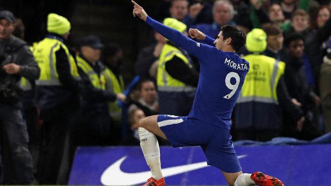 Álvaro Morata celebra un tanto con la camiseta del Chelsea.