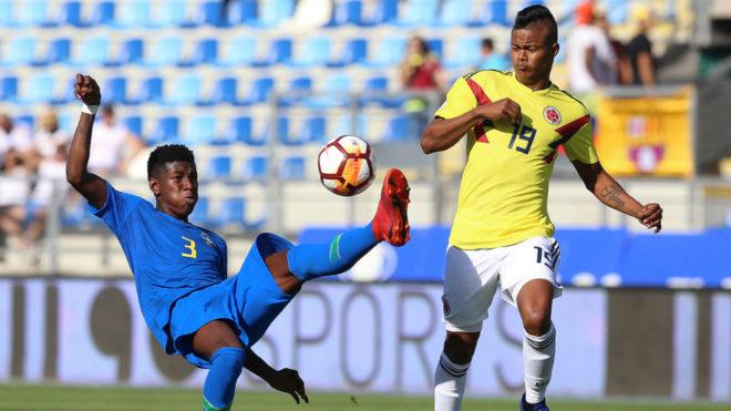 El delantero colombiano Luis Sandoval ve como el central brasileño Vitao rechaza el esférico.