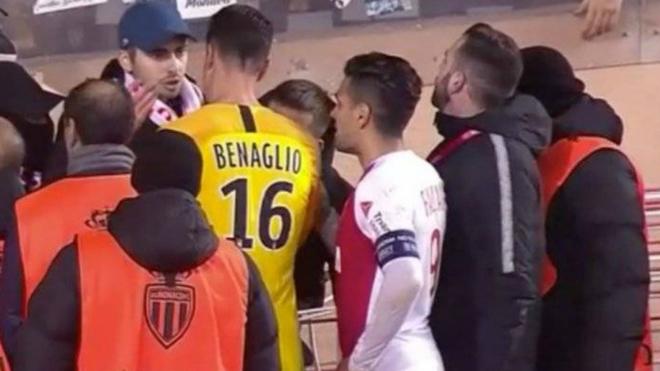 Momento en el que Falcao dialoga con hinchas del AS Mónaco.