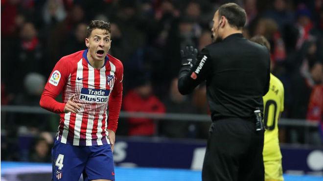Santiago Arias protesta al árbitro durante un partido con el Atlético