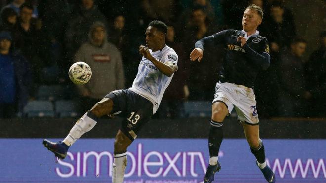 Yerry Mina sale lesionado en la eliminación de Everton