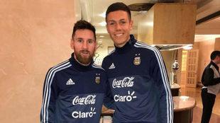 Nehuén Pérez posa con Messi durante la concentración de Argentina...