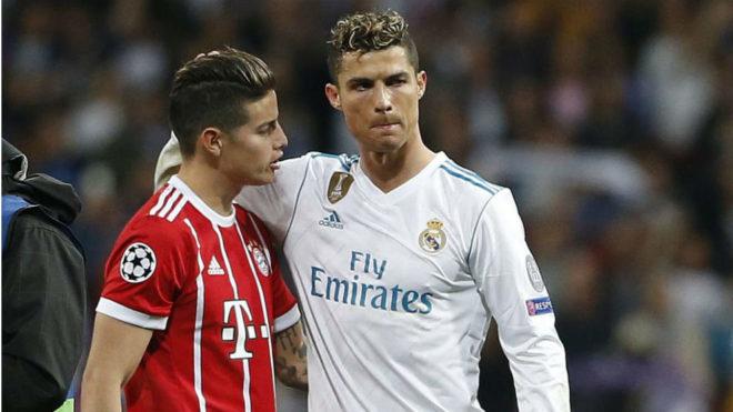 Cristiano se abraza a James durante un duelo entre el Real Madrid y el...