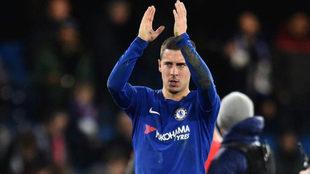 Hazard saluda al público durante un partido con el Chelsea