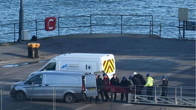 El cuerpo rescatado del mar, en el momento de ser introducido en el...