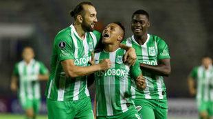 Sebastián Gómez es felicitado por Hernán Barcos tras marcar un...
