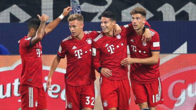 James celebra junto a sus compañeros uno de los goles del Bayern