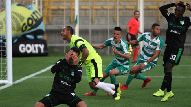 Juan Ignacio Dinenno se lamenta tras errar una opción de gol