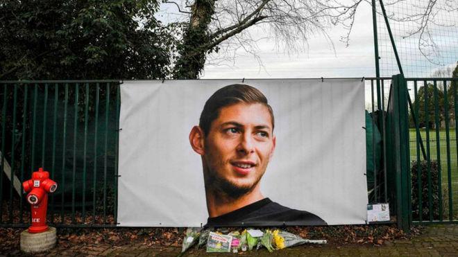 Una pancarta con la imagen de Emiliano Sala.