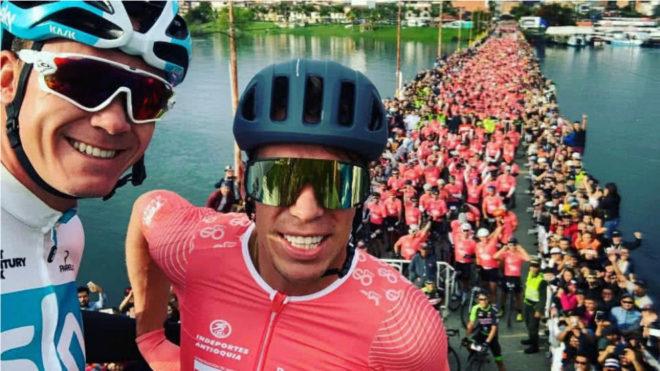 Selfie de Froome, con Urán y los participantes en el Giro de Rigo en...