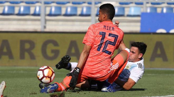 Kevin Mier le ataja un remate a un delantero argentino.