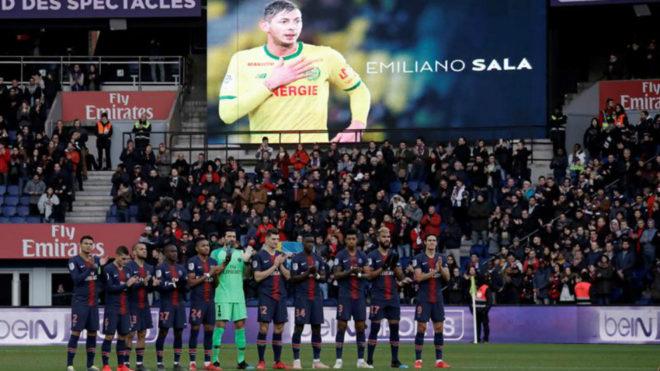 Los jugadores del PSG realizan un homenaje a Emiliano Sala