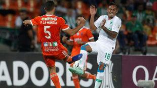 Francisco La Mantia disputa un balón con Aldo Leao Ramírez